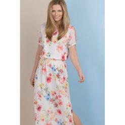 Kwiatowa sukienka maxi. Szare długie sukienki Monnari, w kolorowe wzory, wakacyjne, z krótkim rękawem. Za 215,40 zł.