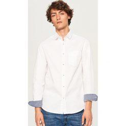 Koszula regular fit - Biały. Białe koszule męskie marki Reserved, l. W wyprzedaży za 59,99 zł.