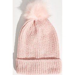 Szenilowa czapka z pomponem - Różowy. Czerwone czapki zimowe damskie marki Sinsay. Za 24,99 zł.