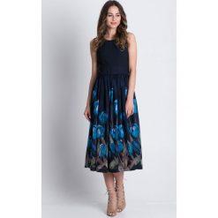Sukienki balowe: Rozkloszowana sukienka midi w kwiaty  BIALCON