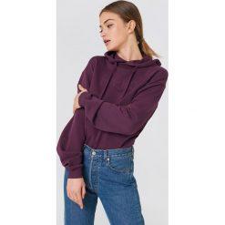 NA-KD Bluza z kapturem ze szwem NA-KD - Purple. Fioletowe bluzy damskie NA-KD, z napisami, z długim rękawem, długie, z kapturem. W wyprzedaży za 64,78 zł.