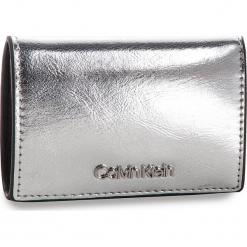 Mały Portfel Damski CALVIN KLEIN - Small Wallet Met K60K604961 067. Szare portfele damskie Calvin Klein, ze skóry ekologicznej. Za 229,00 zł.