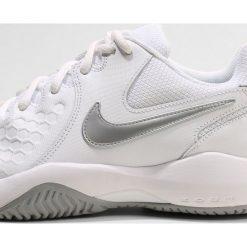 Nike Performance ZOOM AIR RESISTANCE Obuwie multicourt white/metalic silver/wolf grey. Białe buty sportowe damskie marki Nike Performance, z materiału, na golfa. Za 299,00 zł.