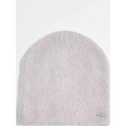Czapka - Jasny szar. Czerwone czapki zimowe damskie marki Mohito, z bawełny. Za 29,99 zł.