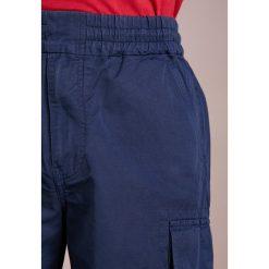 PS by Paul Smith MILITARY  Szorty dark blue. Niebieskie szorty męskie marki PS by Paul Smith, z bawełny. W wyprzedaży za 343,60 zł.