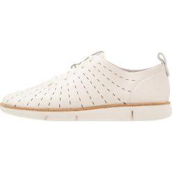Clarks TRI ETCH Sznurowane obuwie sportowe white. Białe buty sportowe damskie Clarks, z materiału. W wyprzedaży za 351,75 zł.