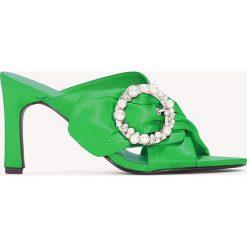 Chodaki damskie: NA-KD Shoes Zdobione klapki mule na obcasie - Green
