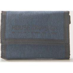 Materiałowy portfel z brelokiem - Granatowy. Czerwone portfele męskie marki House, z materiału. Za 29,99 zł.