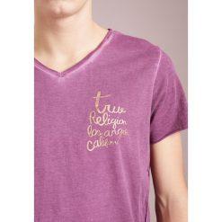 True Religion Tshirt z nadrukiem plum. Fioletowe koszulki polo True Religion, m, z nadrukiem, z bawełny. Za 339,00 zł.