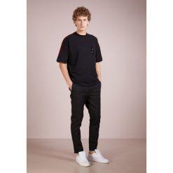 Holzweiler DARIN TEE Tshirt z nadrukiem black. Czarne t-shirty męskie z nadrukiem Holzweiler, l, z bawełny. Za 439,00 zł.