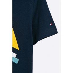 Tommy Hilfiger - T-shirt dziecięcy 122-176 cm. Szare t-shirty chłopięce z nadrukiem marki TOMMY HILFIGER, z bawełny, z okrągłym kołnierzem. W wyprzedaży za 129,90 zł.