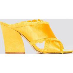 NA-KD Shoes Satynowe klapki na obcasie Cross - Yellow. Żółte chodaki damskie NA-KD Shoes, z satyny, na obcasie. W wyprzedaży za 113,37 zł.