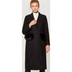 Płaszcz z wełną - Czarny. Czerwone płaszcze damskie wełniane marki Mohito. Za 369,99 zł.