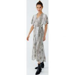 Kopertowa sukienka w wężowy wzór. Szare sukienki Pull&Bear, z kopertowym dekoltem, kopertowe. Za 139,00 zł.
