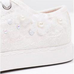Geox CIAK Tenisówki i Trampki white. Białe trampki dziewczęce marki Born2be, z materiału, na sznurówki. W wyprzedaży za 194,35 zł.