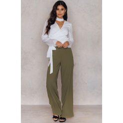 Spodnie z wysokim stanem: Hannalicious x NA-KD Rozszerzane spodnie garniturowe – Brown,Green