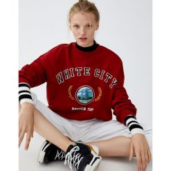 Bordowa bluza college. Czerwone bluzy damskie Pull&Bear. Za 99,90 zł.