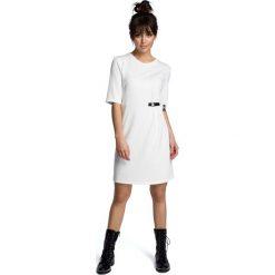 Ecru Minimalistyczna Sukienka O Linii A z Ozdobną Klamrą. Białe sukienki dzianinowe marki BIALCON, na imprezę, w koronkowe wzory, z kopertowym dekoltem, midi, kopertowe. Za 124,90 zł.