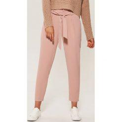 Pastelowe spodnie chino - Różowy. Niebieskie chinosy damskie marki House, m. Za 69,99 zł.