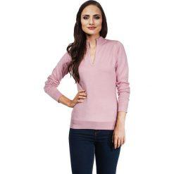 Sweter w kolorze brudnego różu. Czerwone swetry klasyczne damskie marki Vincenzo Boretti, l, z dzianiny, ze stójką. W wyprzedaży za 130,95 zł.