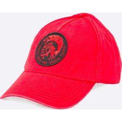 Diesel - Czapka Cindi. Czerwone czapki z daszkiem męskie Diesel, z bawełny. W wyprzedaży za 159,90 zł.