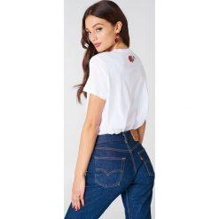 NA-KD T-shirt Rose Neck Embroidery - White. Białe t-shirty damskie NA-KD, z haftami, z bawełny, z okrągłym kołnierzem. W wyprzedaży za 36,48 zł.