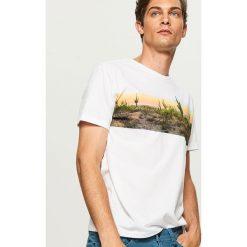 T-shirt z nadrukiem - Biały. Białe t-shirty męskie z nadrukiem Reserved, m. W wyprzedaży za 29,99 zł.