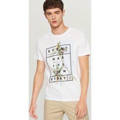 T-shirt z nadrukiem - Biały. Białe t-shirty męskie z nadrukiem Reserved, l. W wyprzedaży za 24,99 zł.
