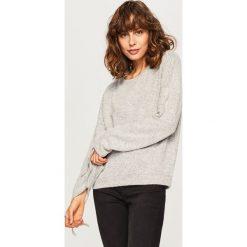 Sweter z wiązanymi rękawami - Jasny szar. Szare swetry klasyczne damskie Reserved, m. W wyprzedaży za 29,99 zł.
