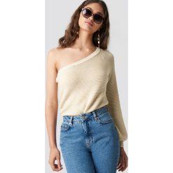 NA-KD Sweter na jedno ramię - Beige. Niebieskie swetry klasyczne damskie marki NA-KD, z satyny. Za 121,95 zł.