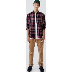 Flanelowa koszula w jaskrawą kratkę. Czerwone koszule męskie w kratę marki Pull&Bear, m. Za 89,90 zł.