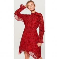 Sukienka ze zwierzęcym motywem - Wielobarwn. Różowe sukienki marki Mohito, z motywem zwierzęcym. Za 149,99 zł.