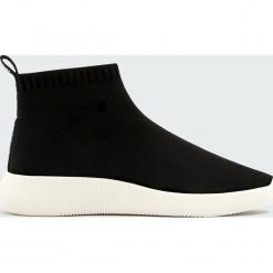 Czarne buty sportowe w stylu skarpety. Zielone skarpetki damskie marki Pull&Bear. Za 159,00 zł.