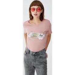 Koszulka z rysunkiem jedzenia. Niebieskie t-shirty damskie marki Pull&Bear. Za 24,90 zł.