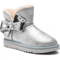 Buty UGG - W Mini Sequin Bow 1096012  W/Slvr. Szare buty zimowe damskie marki Ugg, z materiału, z okrągłym noskiem. Za 879,00 zł.