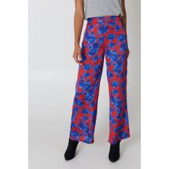 Spodnie damskie: NA-KD Błyszczące spodnie z wysokim stanem - Red,Blue