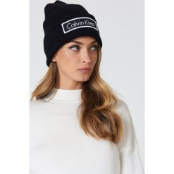 Calvin Klein Czapka Calvin Klein - Black. Czarne czapki zimowe damskie Calvin Klein, z dzianiny. Za 183,95 zł.
