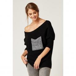 Sweter w kolorze czarnym. Czarne swetry klasyczne damskie marki SCUI, z dekoltem w łódkę. W wyprzedaży za 129,95 zł.