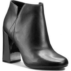 Botki GUESS - Helio FLHEL3 LEA10 BLACK. Czarne buty zimowe damskie marki Guess, z materiału. W wyprzedaży za 479,00 zł.