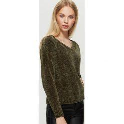 Szenilowy sweter z dekoltem - Khaki. Brązowe swetry klasyczne damskie marki Cropp, l. W wyprzedaży za 29,99 zł.