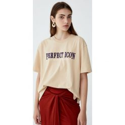 """Koszulka z napisem """"Perfect"""". Niebieskie t-shirty damskie marki Pull&Bear. Za 59,90 zł."""