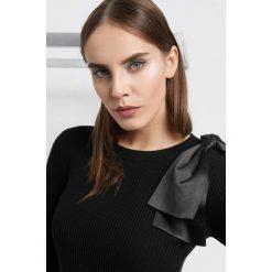 Prążkowany sweter z kokardą. Brązowe swetry klasyczne damskie marki Orsay, s, z dzianiny. Za 99,99 zł.