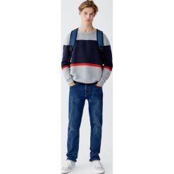Sweter z dzianiny ottoman z kolorowymi panelami. Szare swetry klasyczne męskie Pull&Bear, m, w kolorowe wzory, z dzianiny. Za 109,00 zł.