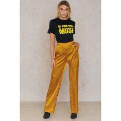 Spodnie z wysokim stanem: Qontrast X NA-KD Szerokie satynowe spodnie – Yellow,Gold