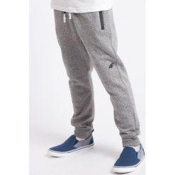 Spodnie dresowe dla dużych chłopców JSPMD200 - średni szary melanż. Szare spodnie dresowe chłopięce 4F JUNIOR, na lato, melanż. Za 49,99 zł.