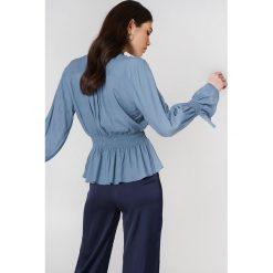 Bluzki asymetryczne: NA-KD Boho Bluzka z wiązaniem na szyi - Blue