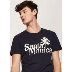T-shirt z napisem - Granatowy. Niebieskie t-shirty męskie House, l, z napisami. W wyprzedaży za 19,99 zł.