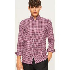 Koszula w kratkę slim fit - Czerwony. Czerwone koszule męskie slim marki Reserved, l, w kratkę. Za 99,99 zł.