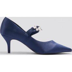 NA-KD Shoes Satynowe czółenka ze zdobionym paskiem - Blue. Niebieskie buty ślubne damskie NA-KD Shoes, w paski, z satyny, na obcasie. W wyprzedaży za 54,59 zł.