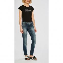 Guess Jeans - Jeansy. Niebieskie jeansy damskie Guess Jeans, z aplikacjami, z bawełny. Za 549,90 zł.